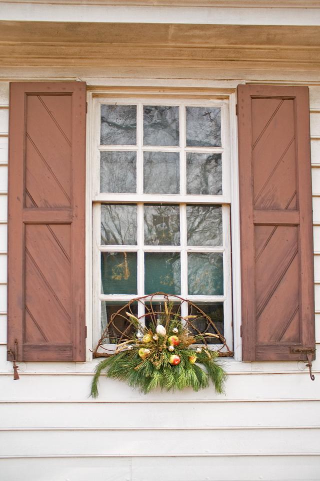 Christmas window Colonial Williamsburg via foobella.blogspot.com