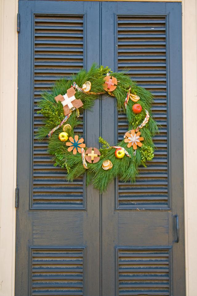 Christmas wreath at Colonial Williamsburg via foobella.blogspot.com