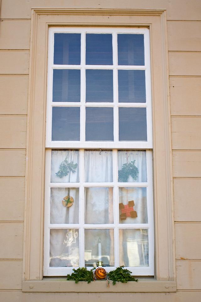 Christmas window at Colonial Williamsburg via foobella.blogspot.com